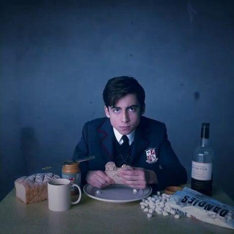 The Umbrella academy: The Dark Phoenix Saga - SuperHeroes Fandom Gerard Way, Nicky Ricky, Under My Umbrella, Number 5, Cute Actors, Ms Gs, Favorite Tv Shows, At Least, Fandoms