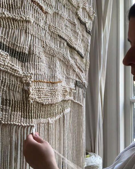 Weavers knot in a macramé piece. #tutorial #diytutorial #macramé #macramewallhanging #fiberart #macrametutorial #macramewallart #macrameweave #handmadedecor #bohodecor #miniswells #crafttutorials #macramecord #macramedecor #macramepattern