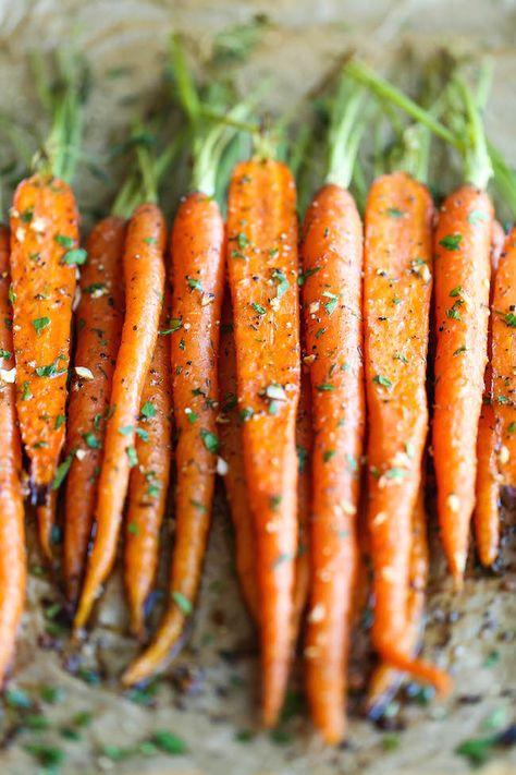 Geröstete Karotten mit Knoblauch. Super schnelles Rezept. Perfekte Gemüsebeilage aus dem Backofen.