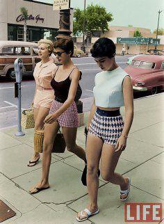 Donne vanno a far shopping in pantaloncini colorati, Los Angeles, 1960. Foto di Allan Grant. Colorizzata da Kostas Five