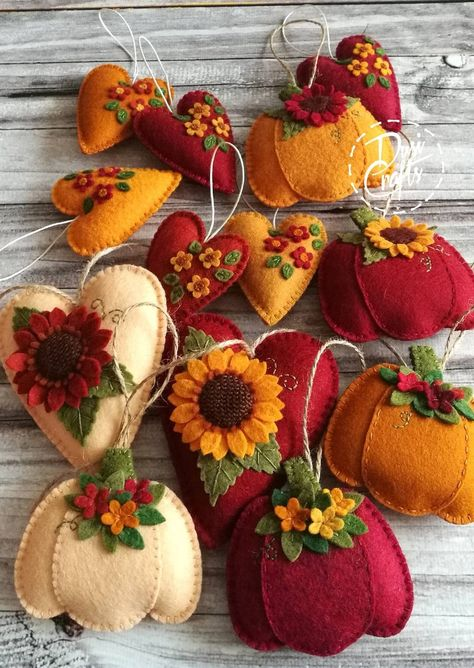 Pumpkin ornaments with flowers, Fall decorations, Autumn decor, Wool Felt ornament - 1 ornament Halloween Crafts, Holiday Crafts, Fall Felt Crafts, Diy Autumn Crafts, Autumn Diys, Felted Wool Crafts, Fall Diy, Autumn Home, Holiday Decor