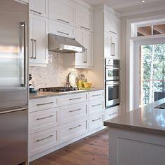 Cuisine style contemporaine avec armoires de bois massif blanc