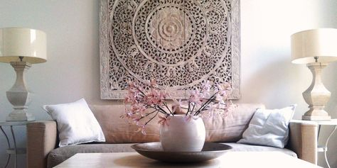 Handgesneden wandkunst: Lotusbloem Panelen. SIMPLY PURE houten wandpanelen staan voor een moderne, wereldse stijl met een tijdloze elegantie voor thuis en op je werk. Ze zijn een prachtig alternatief voor traditionele muurdecoratie zoals schilderijen, foto's en andere kunst.