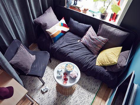 Ein Draufblick auf ein Teenagerzimmer, u a mit NOLMYRA Sessel in - ideen fur einrichtung wohnstil passen zu ihrer individualitat