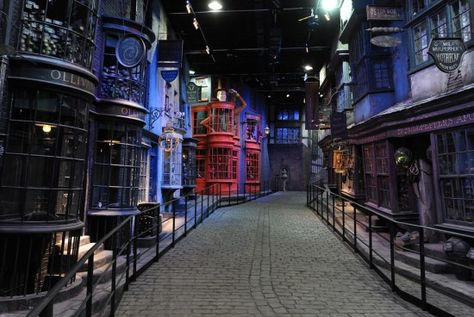 Visiter les studios Harry Potter à Londres (acheter les billets avant d'y aller, pas de guichet sur place). Le prévoir en cadeau pour le chéri ?