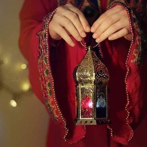 Ey Insanlar Kadinlarinizi Suslenerek Giyinmekten Ve Mescidde Gururlanarak Yurumekten Men Ediniz Zir Ramadan Kareem Decoration Ramadan Images Ramadan Lantern