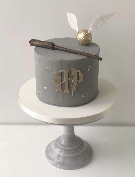 home made cake Harry Potter Theme Cake, Harry Potter Desserts, Harry Potter Treats, Gateau Harry Potter, Harry Potter Birthday Cake, Harry Potter Bday, Harry Potter Food, Harry Potter Cake Decorations, Pretty Birthday Cakes