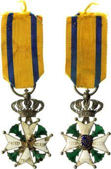 Medailles en onderscheidingen - Nederland - Militaire Willemsorde (MMW9, Evers118), ingesteld 1815, Ridderkruis 4e klasse - VZ Voor Moed Beleid Trouw en vuurijzer / KZ W binnen lauwerkrans - zilver 42x42 mm met groen en wit emaille met lint - F/ZF, gedragen, beschadigingen aan emaille en missend medaillon met W