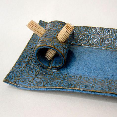 Toit de tôle texturée bleu et blanc à la main poterie céramique rectangulaire apéritif cure-dent plaque plateau de service