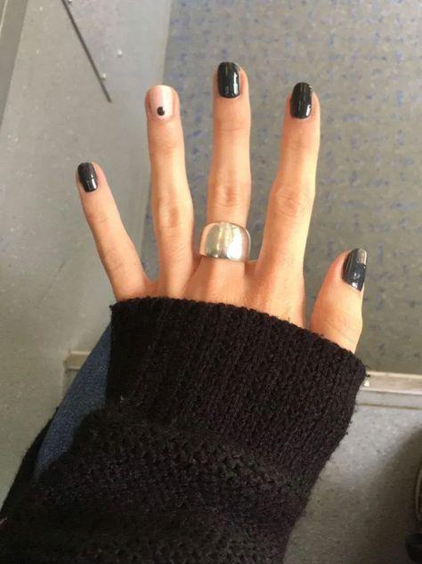 Black nails with single nail dot - nail art - nail ideas - nail inspiration - manicure Black Stiletto Nails, Pointed Nails, Black Manicure, Dot Nail Art, Black Nail Art, Black Nails Short, Black Dot Nails, Short Nails Art, White Nail