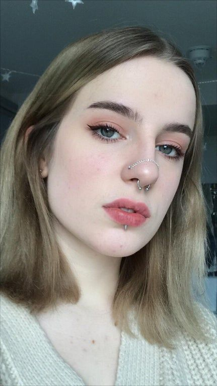 i made a chain for my bilateral nose piercings :) Piercing Tattoo, Bijoux Piercing Septum, Two Nose Piercings, Piercing Labret, Nose Piercing Jewelry, Cool Piercings, Facial Piercings, Different Nose Piercings, Nose Bridge Piercing
