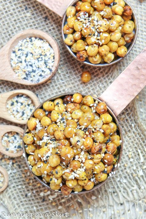 Healthy Everything Bagel Crispy Chickpeas recipe - oven roasted to perfection! These are some of the best vegan snacks. Includes tricks to get these baked garbanzo beans actually crispy. / Running in a Skirt #chickpeas #vegan #plantbased #recipe #snacks #everythingbagel #healthyliving