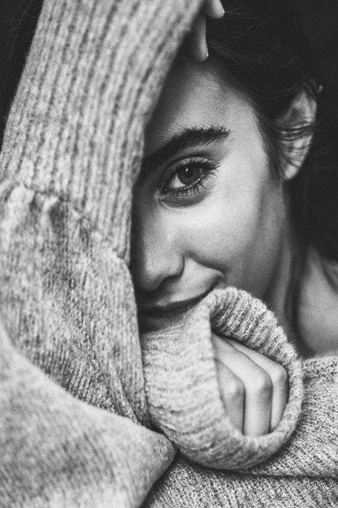 (Gülüşümü aklına iyi sakla'' çünkü' bu sana son gülüşüm'' hüznümü' düşümü' vedaları'mı' hatta yanağımda kurumuş bütün gözyaşlarımı'' kirlenmiş yüreğine iyi sakla' çünkü' bu sana son sevdalı gülüşüm…