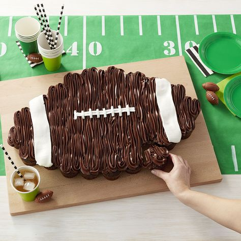 Kick your football party into high gear with this Pull-Apart Football Cake. Made using chocolate cupcakes, this cake requires no slicing and serving…simply pull off a cupcake and dive in. A fun sweet treat for viewing. Super Bowl Party, Super Bowl Dessert Ideas, Pull Apart Cupcake Cake, Pull Apart Cake, Cupcake In A Cup, Football Cupcake Cakes, Football Birthday Cakes, Football Cakes For Boys, Birthday Cupcakes