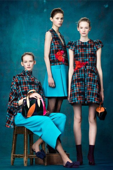 Delpozo Pre-Fall 2017 collection, runway looks, beauty, models, and reviews.