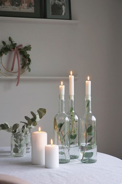 weihnachten skandinavisch Quick and easy ideas for how to incorperate Foliage (that can often be found in your garden!) into your home this Christmas. Natural Christmas, Simple Christmas, Christmas Home, Christmas Crafts, Xmas, Christmas Ideas, Minimal Christmas, Christmas Candles, Rustic Christmas