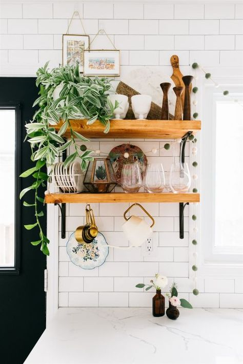 This Sunny Home Has 75 Houseplants… Each with Its Own Name! This plant filled home has plants in every room from the kitchen to the bathroom to the living room to the bedroom. Aside from plenty of house plants we also love the overall boho vibe of the spa Kitchen Shelves, Diy Kitchen, Kitchen Design, Kitchen Decor, Kitchen With Plants, Green Kitchen, Rattan Loveseat, Toronto Houses, D House