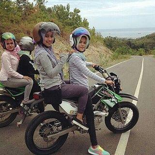 Foto Foto Cewek Cantik Berhijab Menikmati Momen Dengan Trail