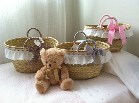 http://masquecestos.blogspot.com.es/ Cestos de palma hechos a mano con tira bordada blanca, asas forradas y lazo de topitos en marrón, rosa y gris.