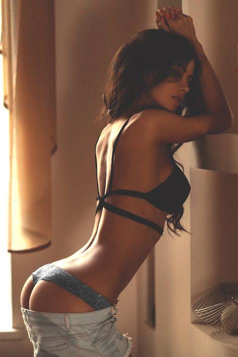большей девушка снимает одежду фотки сексуальных