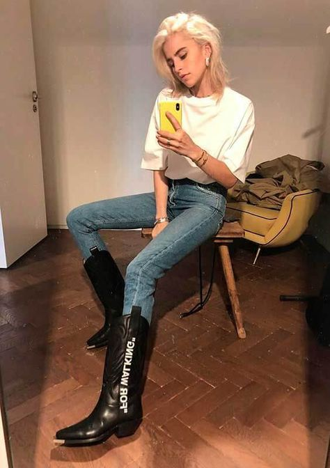 Básica e cool: 9 looks com blusa branca e calça jeans Style Cowgirl, Cowgirl Style Outfits, Cowgirl Tuff, Western Outfits, Cute Outfits, Western Dresses, Western Style, Cowgirl Boots, Riding Boots