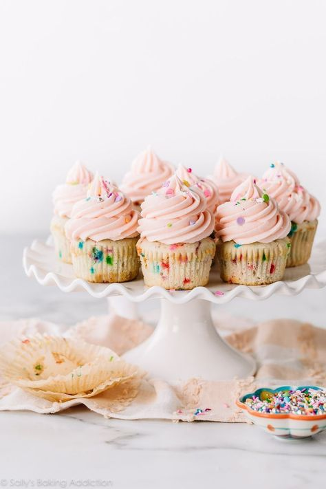Soft moist and fluffy sprinkle cupcakes! These vanilla cupcakes with sprinkles and vanilla buttercream are guaranteed the softest cupcakes. Recipe o Cupcakes Rosa, Vanille Cupcakes, Confetti Cupcakes, Sprinkle Cupcakes, Pink Cupcakes, Cupcake Cakes, Strawberry Cupcakes, Mocha Cupcakes, Gourmet Cupcakes