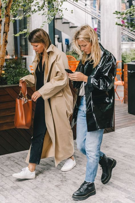 Long Trench coat over all black outfit. Simple and easy everyday spring outfit