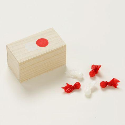 桐箱に入った紅白寿砂糖 桐箱に、紅白の紙で包んだ丸いお砂糖を入れました。お祝いや引き出物などにぴったりです。 桐箱の蓋に描かれた紅白印がポイントです。#Wakashi #和菓子 #飴