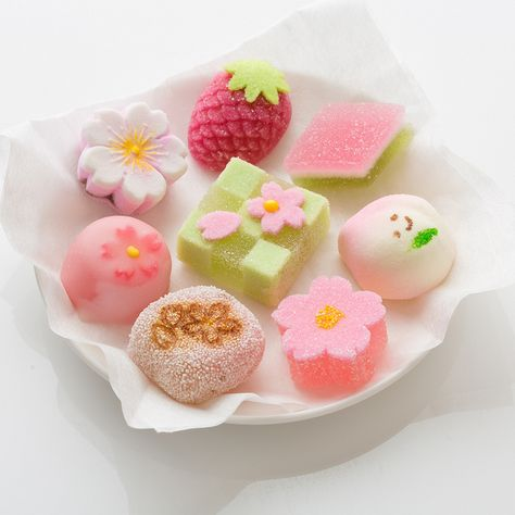Wagashi are a traditional Japanese confectionery which is often served with tea, especially the types made of mochi, anko (azuki bean paste), and fruits. Japanese Sweets, Japanese Wagashi, Japanese Candy, Japanese Food, Traditional Japanese, Japanese Deserts, Snacks Japonais, Desserts Japonais, Cute Desserts