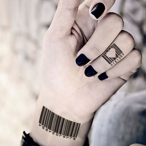 Tattoo am Handgelenk und am Ringfinger, Strichcode Tattoo, schwarzer Nagellack