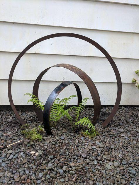 Little garden art from barrel hoops Garden Yard Ideas, Lawn And Garden, Garden Projects, Garden Bar, Herbs Garden, Garden Edging, Garden Pond, Garden Sheds, Rustic Gardens