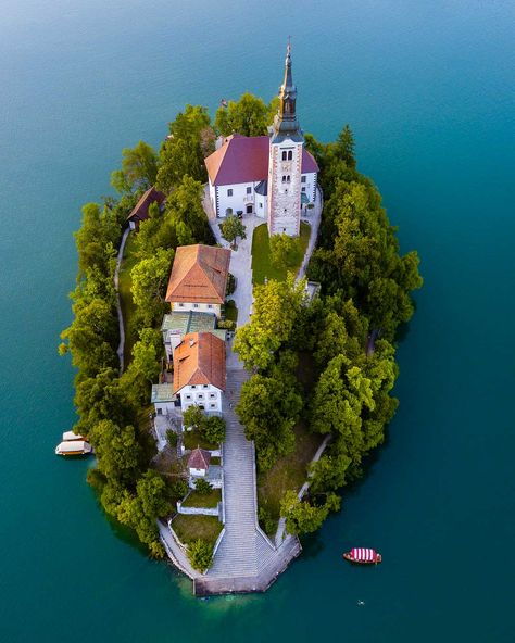 Things to do in Slovenia. Forget about Ljubljana, Lake Bled Slovenia is one of the most unique places around: after reading this article, I'm sure you'll put Slovenia on your travel bucket list! Places To Travel, Travel Destinations, Places To Go, Amazing Destinations, Wonderful Places, Beautiful Places, Amazing Things, Beautiful Pictures, Slovenia Travel