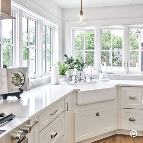 Shaker-style white kitchen cabinet with corner sink Kitchen cabinet color and fi. - Shaker-style white kitchen cabinet with corner sink Kitchen cabinet color and finish trends come an - Corner Sink Kitchen, Kitchen Corner, Kitchen Sink Decor, New Kitchen, Home Kitchens, Kitchen Style, Kitchen Renovation, Kitchen Design, Kitchen Window Design