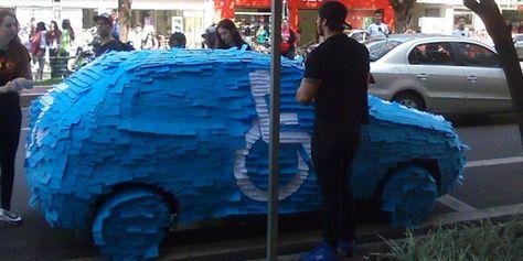 Une voiture garée sur une place pour handicapé transformée en panneau géant