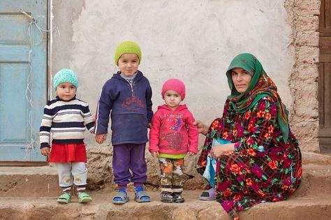 Tajikistan telt vele gebroken gezinnen. Vaders werken voor een karig loon als gastarbeiders in Rusland. Moeders brengen hun kroost alleen groot. Tajieken wonen in krakkemikkige, vrijwel onverwarmde huisjes. Ze leven in grote armoede. Kinderen in Tajikistan hebben vaak geen goede toekomst, vooral omdat ze officieel niet bestaan. www.savethechildren.nl