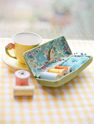 a handy, compact sewing kit - perfect for slipping in your bag when you& out and about. You will need old glasses case Sewing Hacks, Sewing Tutorials, Sewing Crafts, Sewing Kits, Free Sewing, Sewing Patterns, Needle Case, Needle Book, Sewing Case