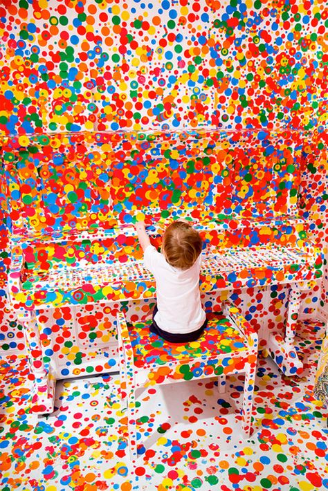 """Célebre instalación de la artista plástica Yayoi Kusama """"Obliteration Room"""" en la cual participaron miles de chicos quienes, usando stickers de colores y total libertad, llenaron de arte una habitación completamente blanca. Éste fue el bello resultado"""