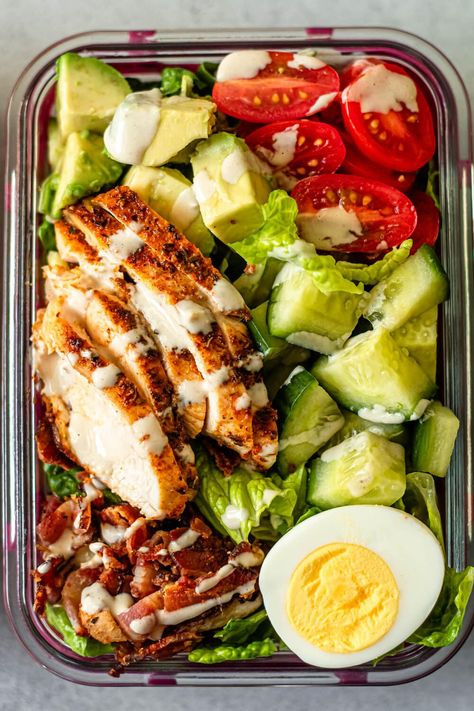 Easy Cobb Salad Meal Prep - This easy Meal Prep Cobb Salad recipe is a simple healthy lunch option to make for the week. Easy Healthy Meal Prep, Easy Healthy Recipes, Healthy Meal Options, Healthy Lunch Meals, Easy Lunch Meal Prep, Meal Prep For Dinner, Simple Healthy Lunch, Meal Prep Salads, Healthy Meals With Chicken