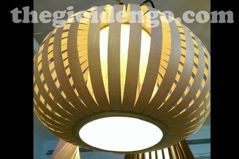 Đèn gỗ trang trí Veneer bầu của Thế Giới Đèn Gỗ được chế tác với chất liệu gỗ ép, gỗ dán cán veneer cao cấp nhập khẩu nên đảm bảo độ bền, không bị cong vênh và chống ẩm trong quá trình sử dụng. Bóng đèn sử dụng là đèn led filament 4w cao cấp nên tiết kiệm điện tối đa và an toàn trong quá trình sử dụng. Kích thước: W500xH300 (hoặc tuỳ chỉnh). Chi tiết tại: http://thegioidengo.com/den-go-trang-tri-veneer-bau.html