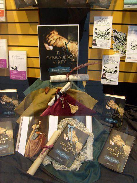 Magnífico homenaje a mi novela El CERRAJERO DEL REY (2012), en el escaparate de la gran Librería Cervantes de Oviedo.