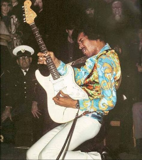 Hendrix looks very cool, but it's the guy in the front row that makes this photo great. Jimi Hendrix Quotes, Jimi Hendrix Poster, Jimi Hendrix Guitar, 70s Rock And Roll, Star Photography, Blues Artists, Rockn Roll, Blues Music, Keith Richards