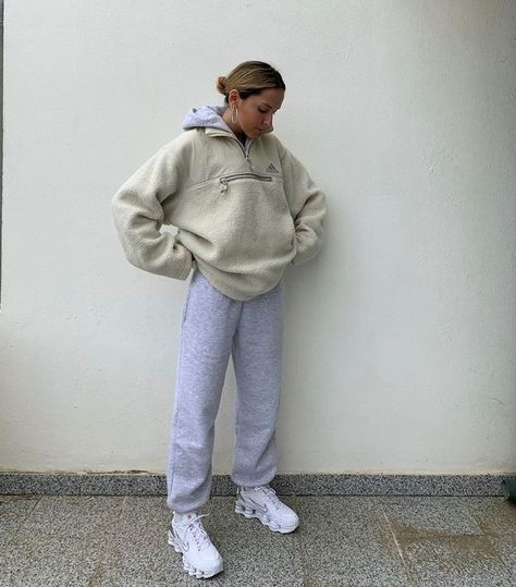 It's official: Sweatpants has become a full-fledged movement, and these jogger outfits prove it. Trust us—you'll never want to stop wearing these looks. Winter Fashion Outfits, Look Fashion, Fall Outfits, Summer Outfits, Girl Fashion, Beach Outfits, Outfit Beach, Skull Fashion, Korea Fashion