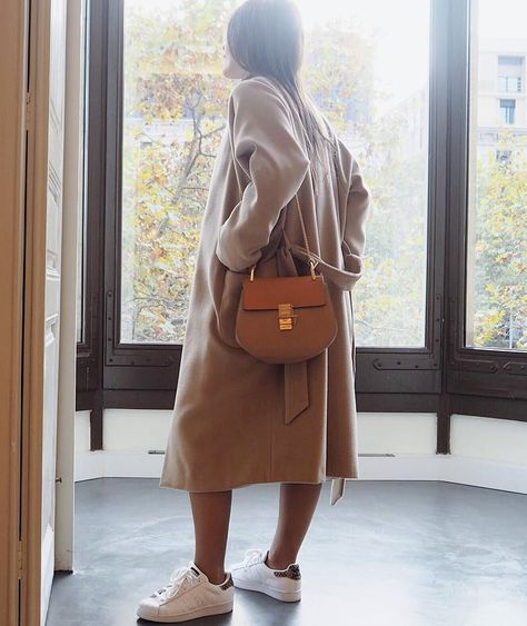 On ne se lasse pas du duo manteau camel 3/4 + baskets blanches ! (instagram Ines Arroyo)