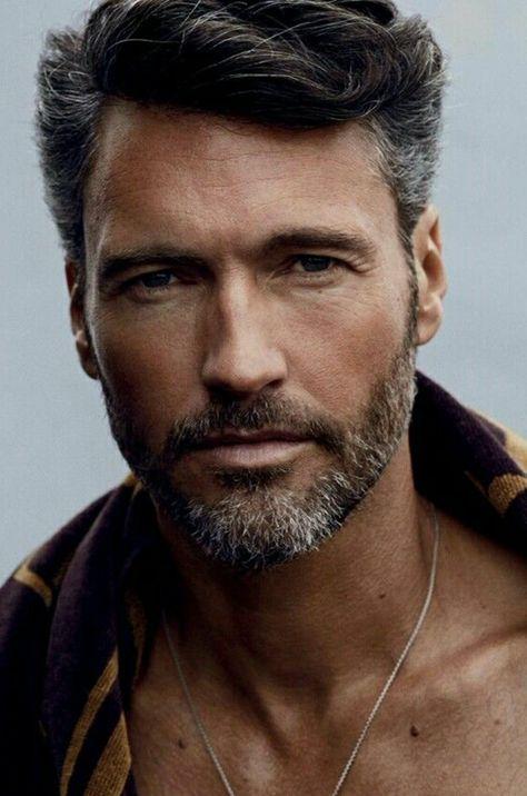 a728003da86d tipos-de-barba-corta-hombre-ojos-azules-pelo-corto-camiseta-de-color