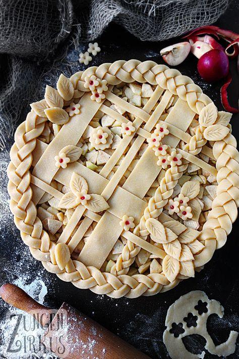 Apple Pie - American, covered apple pie - tongue circus- Pie – amerikanischer, gedeckter Apfelkuchen – Z pies pies recipes dekorieren rezepte Pie Recipes, Baking Recipes, Dessert Recipes, Pie Crust Designs, Pie Decoration, Circus Cakes, Pies Art, Cake Ingredients, Holiday Recipes