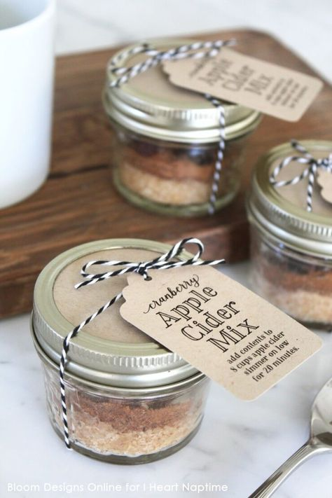 When you think of fall what are the first three words that come to your mind? Leaves, pumpkins and of course, apples! I wanted to spread that feeling, so I put together these Cranberry Apple Cider Mix jars.