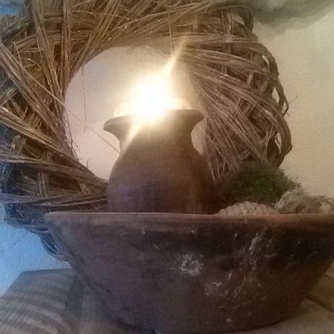 Sfeerplaatje  De hele dag binnenshuis doorgebracht ivm ijzel kijken wat morgen brengt... Fijne avond allemaal #sfeer #sfeervol #hout #houtenbak #mosbal #kaars #olijfbak #krans #wreath interior #decoratie #home #decoreren #decoration #landelijk #stoer #robuust #landelijkwonen by _woonspulletjes_