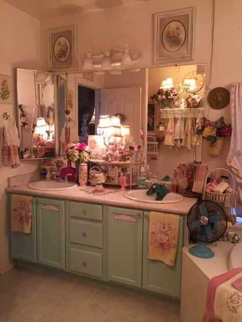 Shabby Chic Furniture In a family room, try to arrange your furniture into centers. Casas Shabby Chic, Shabby Chic Pink, Shabby Chic Homes, Shabby Chic Style, Shabby Chic Decor, Vintage Shabby Chic, Kawaii Room, Aesthetic Room Decor, Dream Rooms