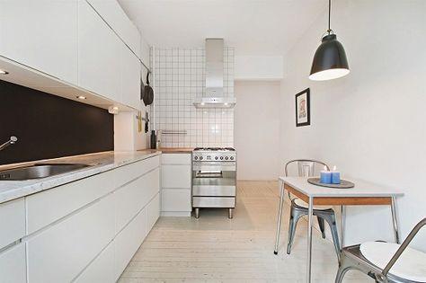 Kjøkkenet er fra KVIK og har Carrerra marmor- samt heltre benkeplate. Nedfelt oppvaskkum. Integrert oppvaskmaskin og kjøkkenvifte fra Siemens.