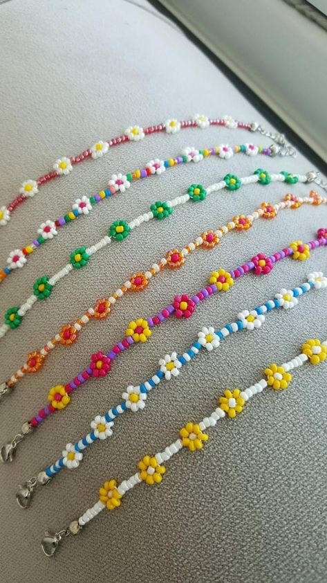 Beaded flower necklace daisy necklaces for women colors Daisy Bracelet, Daisy Necklace, Bracelet Crafts, Seed Bead Necklace, Seed Bead Jewelry, Bead Jewellery, Cute Jewelry, Jewelry Crafts, Handmade Jewelry